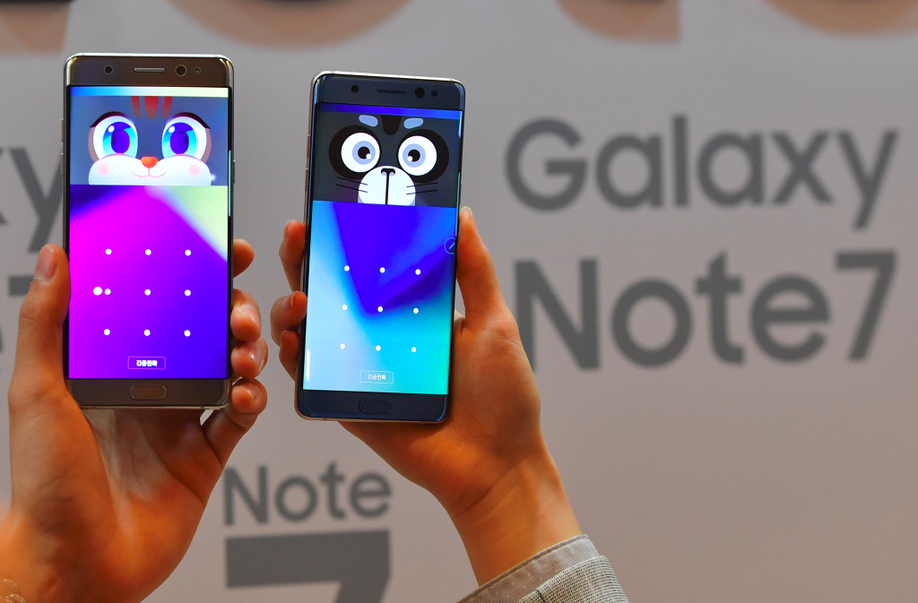 South Korean models show Samsung Electronics' Galaxy Note7 during a showcase to mark its domestic launch in Seoul on August 11, 2016. The Note7 will be available starting August 19, with a price of 988,900 won (897 USD) in South Korea.  / AFP / JUNG YEON-JE        (Photo credit should read JUNG YEON-JE/AFP/Getty Images)